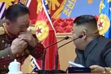 「朝鮮人民軍第1回指揮官・政治活動家講習会」の一コマ。絆創膏がない状態で、金正恩氏が隣の登壇者と話している(写真は朝鮮中央テレビから)