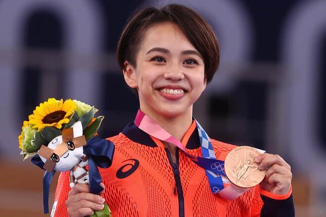 床運動で銅メダルに輝いた村上茉愛選手(写真:ロイター/アフロ)