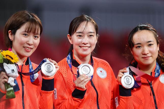 銀メダルを獲得した日本代表、左から平野、石川、伊藤(写真:森田直樹/アフロスポーツ)