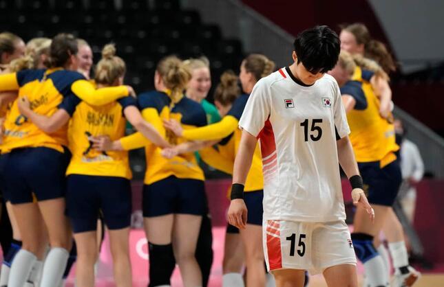 スウェーデン代表に敗れうなだれる韓国代表選手(写真:AP/アフロ)