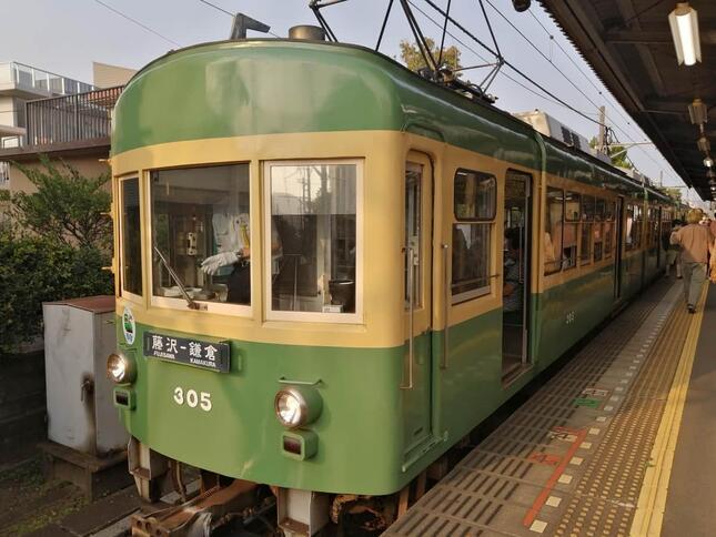 人気のある江ノ電300形の305編成(2020年8月に撮影)