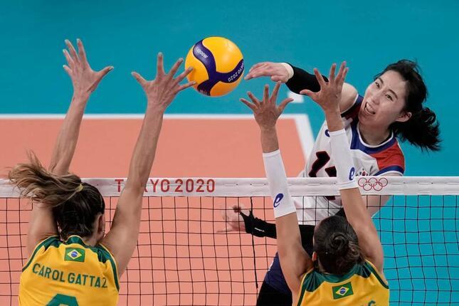 ブラジル戦でアタックする韓国選手(写真:AP/アフロ)