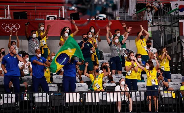 スタンドのブラジル応援団(写真:ロイター/アフロ)