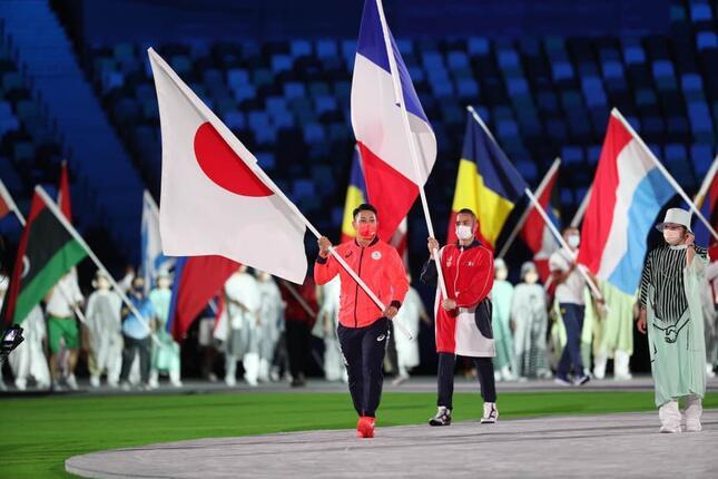 閉会式で日本選手団の旗手を務めた喜友名諒(写真:新華社/アフロ)