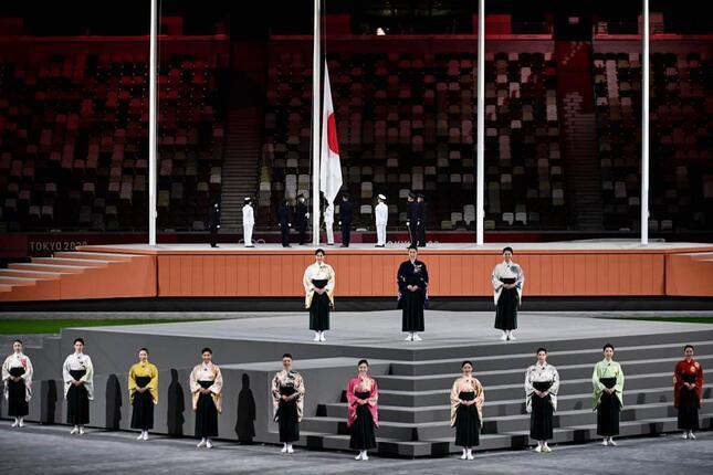 宝塚歌劇団の選抜メンバーによる閉会式での国歌斉唱(写真:AFP/アフロ)