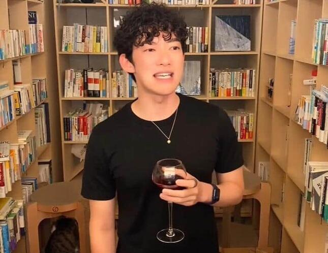 ワインを飲みながら釈明するDaiGoさん(本人のYouTube動画より)