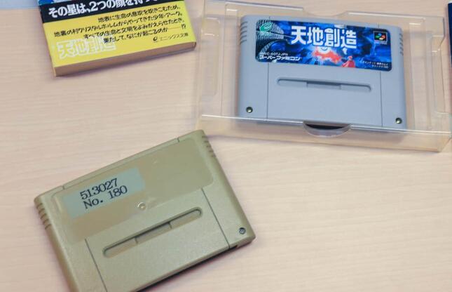 スーパーファミコン用ソフト「天地創造」。左下は藤原カムイさんが持参した関係者用の初期ロット。