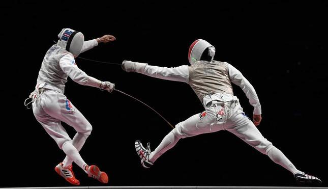 東京五輪 フェンシング団体男子フルーレ決勝のワンシーン(写真:AP/アフロ)