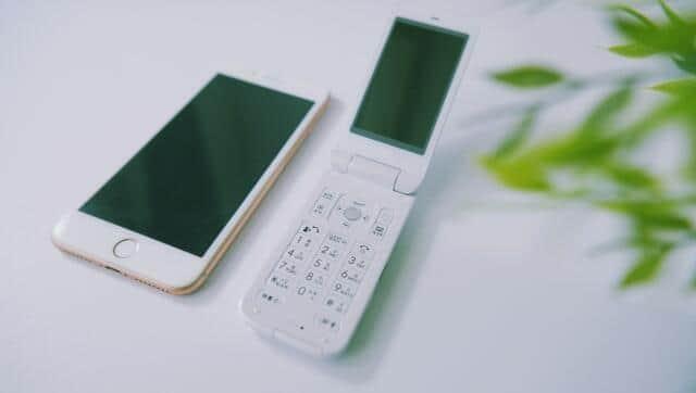 昔の携帯電話を発掘したという(画像はイメージです)