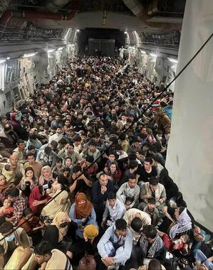 こちらは正しい写真。C-17輸送機が640人をカブールからカタールに運んだ(写真は米空軍ツイッターから)