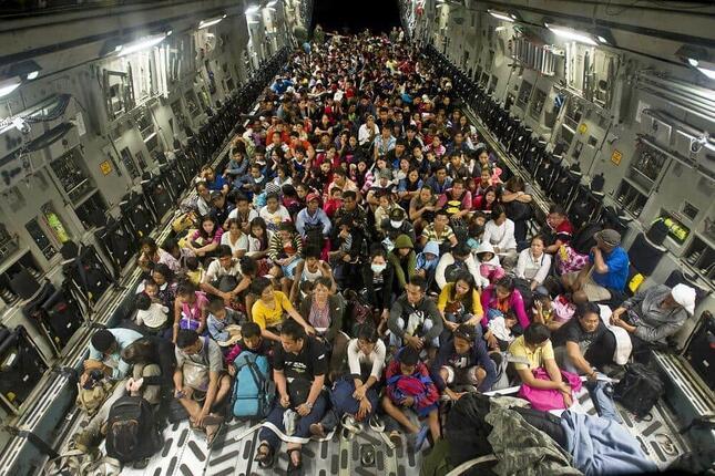 2013年にフィリピンを台風が襲い、レイテ島北部の都市・タクロバンから住民をC-17輸送機で脱出させた際の写真。この写真をアフガニスタンから避難する様子として投稿する事案が出ている(写真は米国防総省ウェブサイトから)