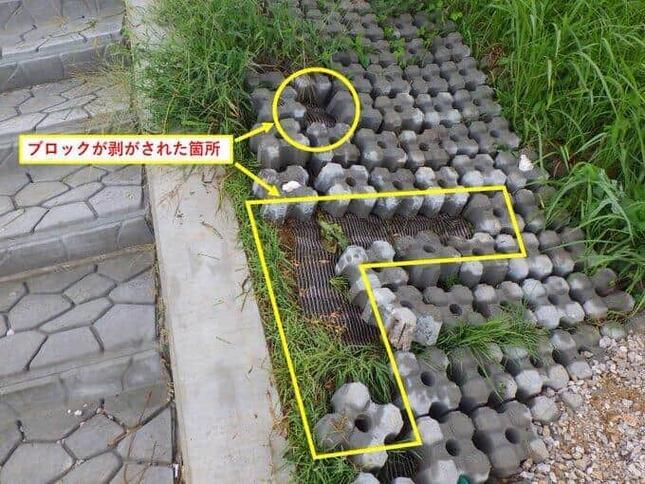ブロックはL字型などに剥がされていた(高知河川国道事務所のツイッターから)