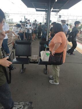 集まった鉄道ファンら。手前が男性が立ったベンチ(ツイッターの投稿写真から)