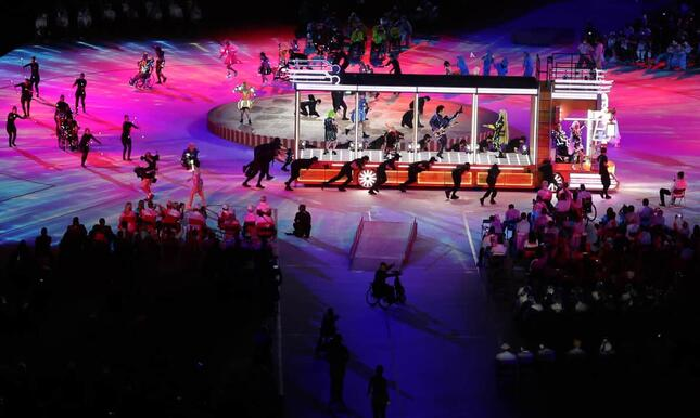 東京パラリンピック開会式で、デコトラに乗って演奏する布袋寅泰さんら(写真:ロイター/アフロ)