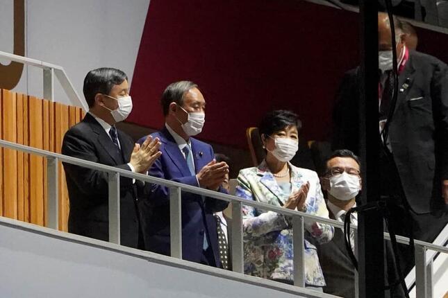 拍手をする天皇陛下、菅義偉首相、小池百合子東京都知事(写真:picture alliance/アフロ)