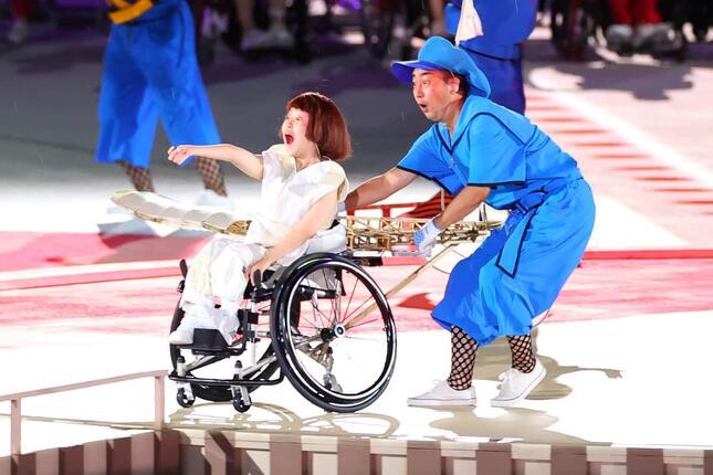 13歳の車いすの少女が演じる「片翼の小さな飛行機」。豪ABCは「これから始まる競技の創造性を象徴」などと伝えた(写真:長田洋平/アフロスポーツ)