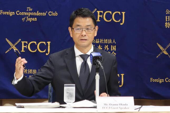 日本外国特派員協会で記者会見する中外製薬の奥田修社長