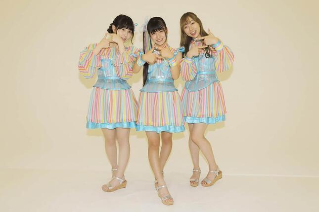 新曲「あの頃の君を見つけた」の振り付け「思い出フィルターダンス」のポーズを取るSKE48のメンバー。左から井上瑠夏(いのうえ・るか)さん、林美澪(はやし・みれい)さん、須田亜香里さん