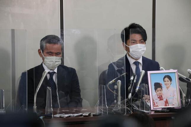 松永真菜さんと莉子ちゃんの遺影ともに会見した、松永拓也さん(右)と真菜さんの父・上原義教さん