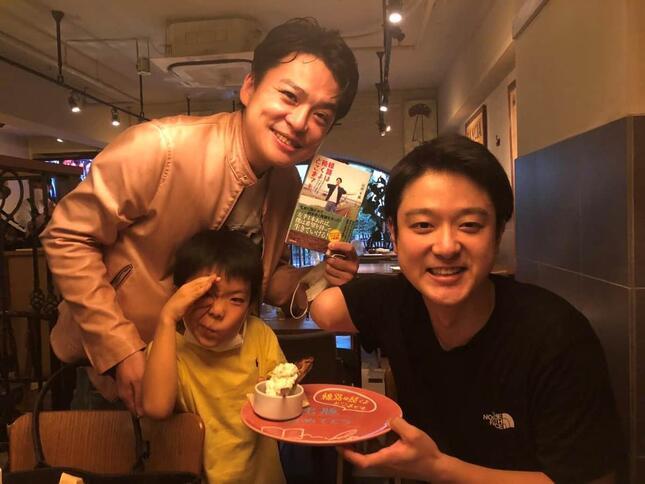 山田千紘さん(右)と、「KNOCK」総料理長・梶原政之さん(左上)とその息子さん