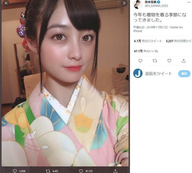 橋本環奈さんの19年11月のツイート。自撮りのため画像が反転しているようだが、このときも、リプライ欄には「左前」だと指摘する着物警察が出没していた。