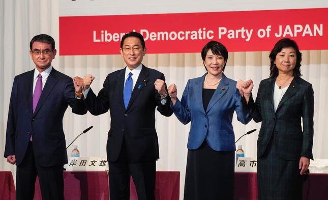 左から2人目の岸田氏、3人目の高市氏はバッジ着用(写真:代表撮影/ロイター/アフロ)