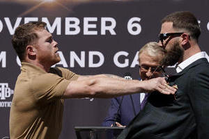ボクシング記者会見で「流血大乱闘」 スター選手がまさかの殴り合い、現場で何が起きたのか