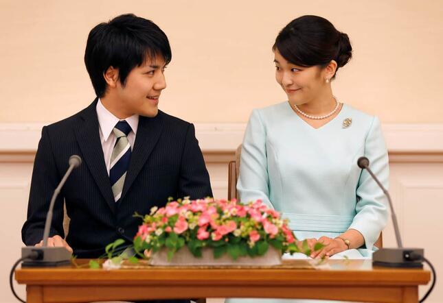 婚約内定会見での小室圭さんと眞子さま(写真:代表撮影/ロイター/アフロ)