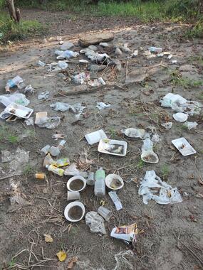 河川敷に放置された大量のゴミ(写真は、投稿者提供)
