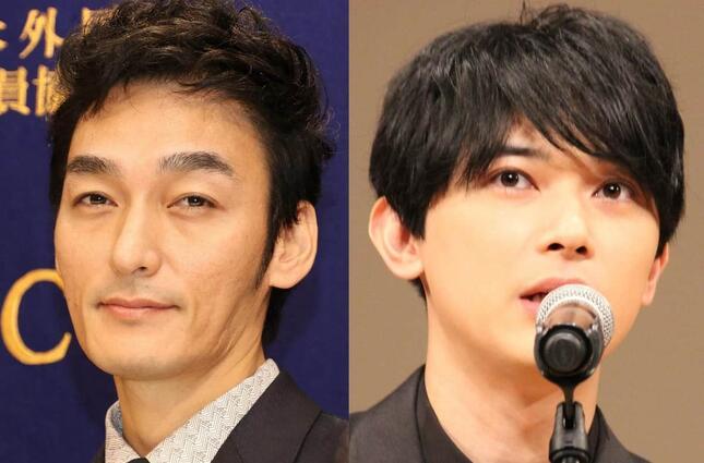 草彅剛さん(左)と吉沢亮さん