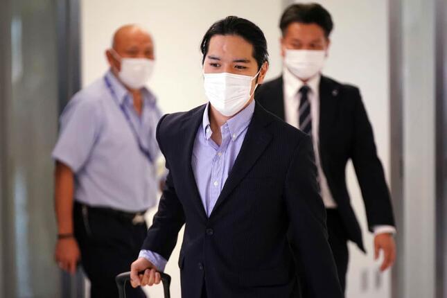 帰国する小室圭さん(写真:AP/アフロ)