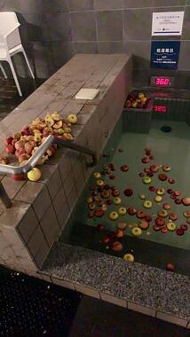 男性浴槽には砕けたりんごが浮かぶ