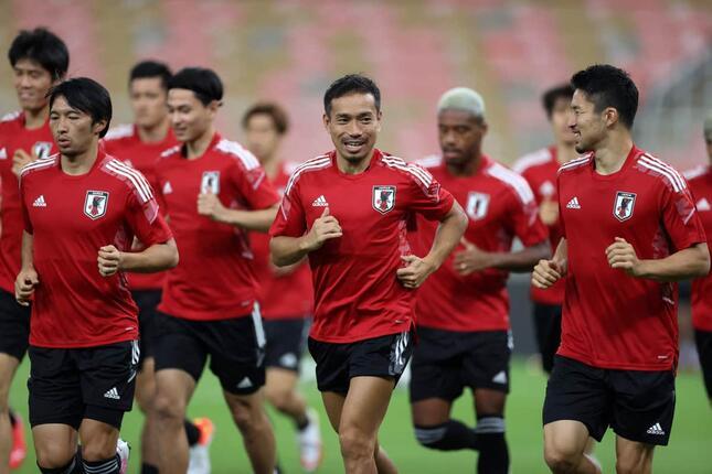 前日練習でリラックスした表情を見せる日本代表選手たち(写真:AFP/アフロ)