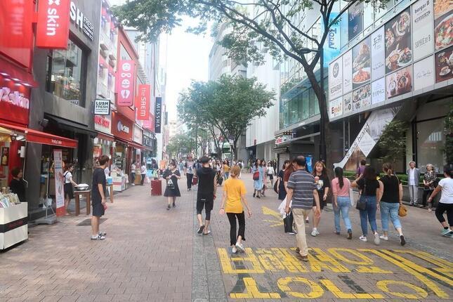 日韓の往来はコロナ禍で激減。写真はコロナ禍前のソウル中心部・明洞(ミョンドン)の様子
