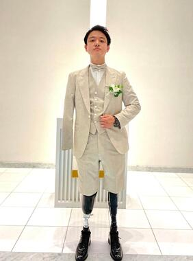 結婚式場を訪れ、タキシードを試着した山田千紘さん