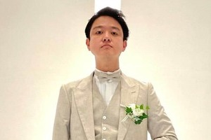 【写真】ネイビーのタキシードを着る山田千紘さん