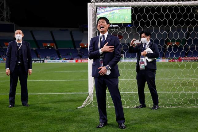 森保一監督は試合後、ゴール裏のサポーターへ感謝の挨拶をした(写真:アフロ)