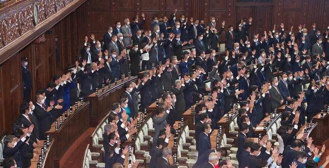 解散で万歳三唱をする議員たち(写真:アフロ)