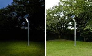 シャープが発売するソーラー照明灯「LN-L19ZA」。夜間点灯時(左)と発電時(右)