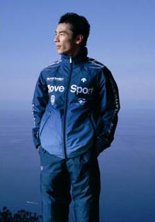 デサントが発売する「コズミックサーモ」ジャケット(モデルは「コズミックサーモ」ウェアシリーズのイメージキャラクター・F1ドライバー佐藤琢磨選手)