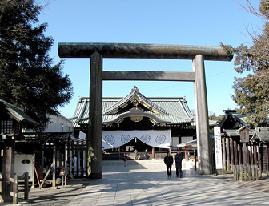 小泉首相が参拝した靖国神社。新聞とは対照的にネット上では参拝を支持する声が多い