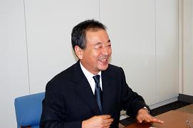 J-CASTニュースのインタビューに応じる平松社長