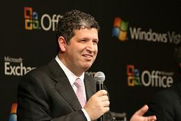 新OSについて説明するマイクロソフト社のダレン・ヒューストン社長