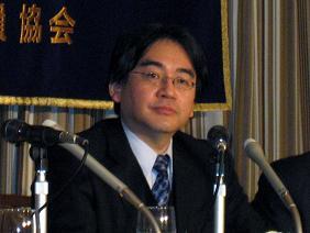 记者招待会中的任天堂公司岩田聪社長