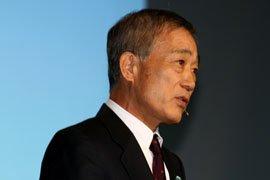 発表会でスピーチするホンダの福井威夫社長