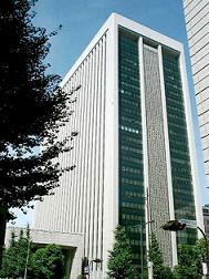 三菱東京UFJ銀行は「夜回り取材に応じたからといって罰するわけではない」と話す