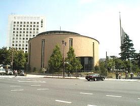 5月12日から19日まではしかで休講になった上智大学(左)