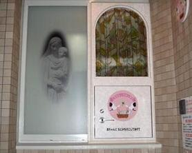 慈恵病院HPより。「ゆりかご」窓口の扉には「赤ちゃんに何かを残してあげて」と書かれている