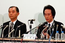 記者会見に臨んだグッドウィル・グループの折口雅博会長(右)とコムスンの樋口公一社長