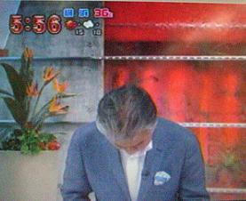「朝ズバッ!」で頭を下げるみのもんた氏(TBSより)